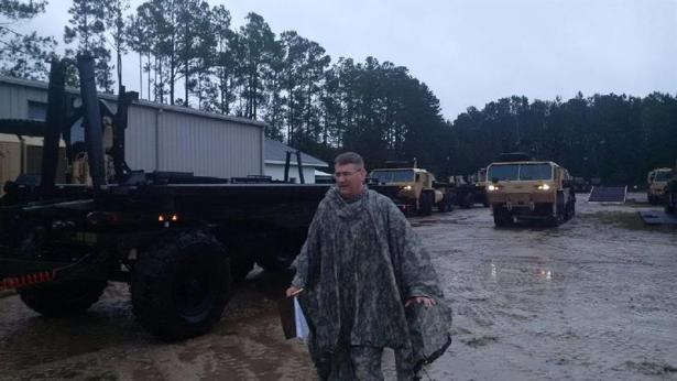 Fotografía cedida por South Carolina National Guard (SCNG), del 6 de octubre de 2015, que muestra soldados del SCNG con la 108 Chemical Company, mientras trabajan en la emergencia provocada por las inundaciones debido a las fuertes lluvias que han roto diques, producido evacuaciones y han dejado nueve muertos. EFE/US ARMY NATIONAL GUARD/BRIAN HARE