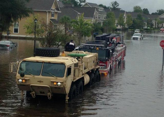 Fotografía cedida por South Carolina National Guard (SCNG), del 6 de octubre de 2015, que muestra soldados del SCNG con la 108 Chemical Company y el apoyo de un 1-118th FSC mientras trabajan en la emergencia provocada por las inundaciones debido a las fuertes lluvias que han roto diques, evacuaciones y nueve muertos. EFE/US ARMY NATIONAL GUARD/BRIAN HARE