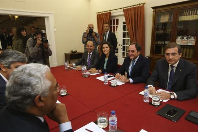 El presidente del Partido Social Demócrata (PSD), Pedro Passos Coelho (dcha) se reúne con el presidente del democristiano CDS-PP, Paulo Portas (2ºdcha), y el presidente del Partido Socialista (PS), Antonio costa (izda), para discutir las posibilidades de un eventual pacto de Gobierno en Lisboa (Portugal) hoy, 9 de octubre de 2015. EFE/Mario Cruz