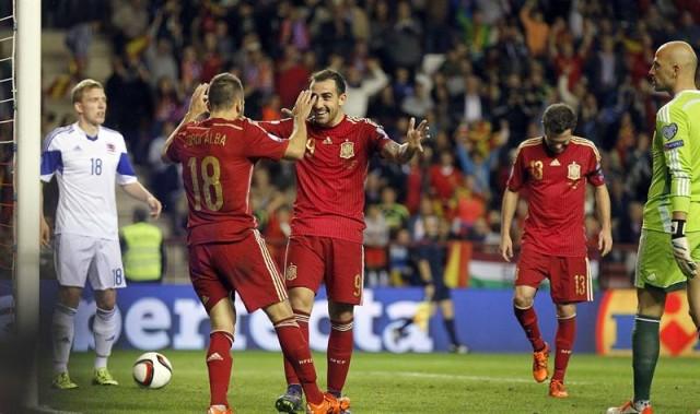 El delantero de la selección española de fútbol, Francisco Alcácer (3i), celebra su gol, segundo del equipo, con Jordi Alba (2i), durante el partido clasificatorio para la Eurocopa 2016 que España y Luxemburgo disputan hoy en el estadio de Las Gaunas, en Logroño. EFE/Javier Etxezarreta