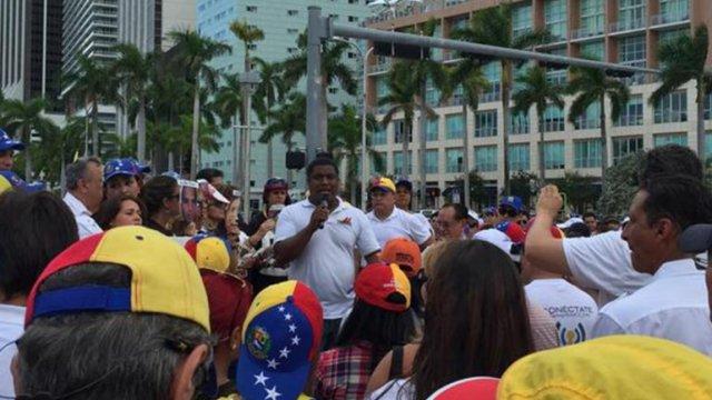 José Antonio Colina durante una manifestación en Miami