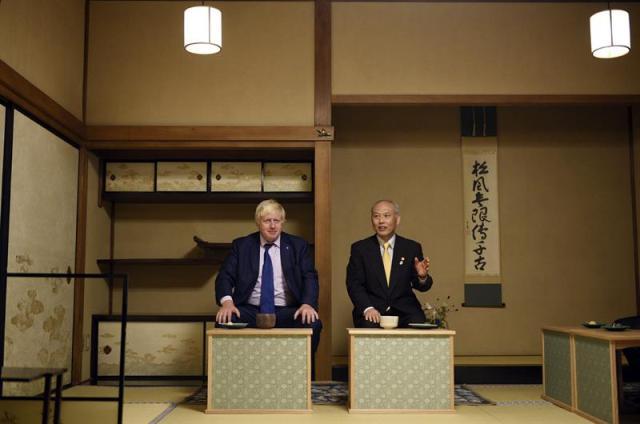 El alcalde de Londres, Boris Johnson (izda), camina junto al gobernador de Tokio (Japón), Yoichi Masuzoe (dcha), asisten a una ceremonia del té en el templo Meiji en Tokio (Japón) hoy, 14 de octubre de 2015. EFE/Franck Robichon