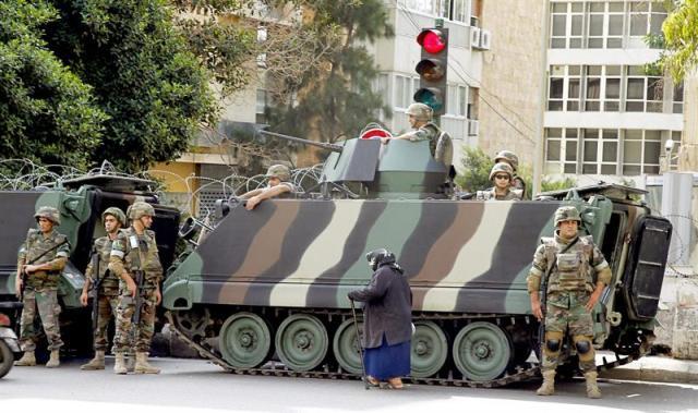 Soldados libaneses hacen guardia a las puertas de la embajada rusa durante una manifestación contra Rusia convocada por clérigos musulmanes suníes en Beirut (Líbano) hoy, 14 de octubre de 2015. Cientos de clérigos suníes se han reunido para protestar en contra de los bombardeos de Rusia en Siria. EFE/Nabil Mounzer