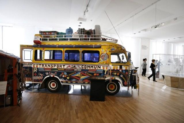 Un autobús senegalés se representa durante una presentación a la prensa del Musée de l'Homme (Museo del Hombre) en París el 14 de octubre de 2015, por delante del museo de reapertura el 17 de octubre 2015 después de seis años de renovación. AFP PHOTO / PATRICK KOVARIK