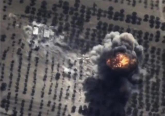 Fotograma sacado de un vídeo proporcionado hoy, 15 de octubre de 2015 por el ministerio de Defensa ruso que muestra un bombardeo de la aviación rusa contra unas supuestas instalaciones del Estado Islámico en la provincia de Idlib, Siria. Desde el 30 de septiembre, Rusia, aliada del régimen de Bachar al Asad, lleva a cabo bombardeos en Siria en su primera intervención militar directa en el conflicto en el país árabe desde su comienzo en 2011. EFE/