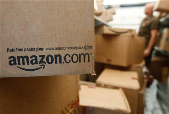 Un paquete esperando ser despachado en una oficina de Amazon.com el 18 de octubre del 2015 en Palo Alto, California. Amazon está demandando a más de mil personas que se ofrecieron para escribir comentarios de productos falsos en la red.  (AP Photo/Paul Sakuma, File)