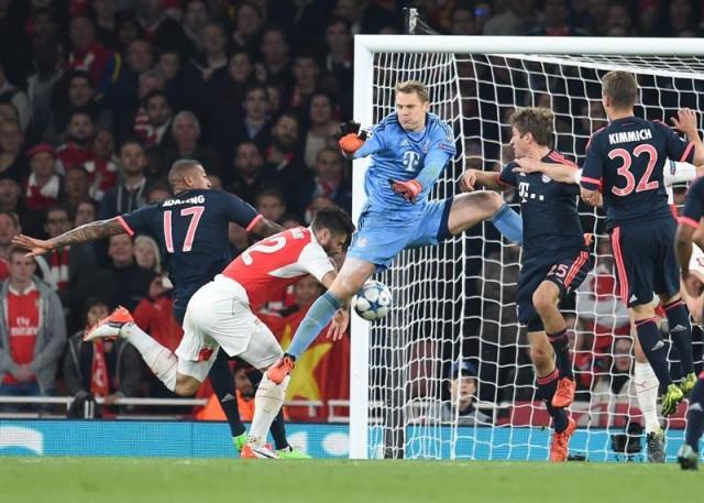 (De izquierda a derecha) Jerome Boateng, Manuel Neuer, Thomas Mueller y Joshua Kimmich del Bayern Munich ante Olivier Giroud (2i) del Arsenal que anota un gol hoy, martes 20 de octubre de 2015, durante un partido del Grupo F de la Liga de Campeones de la UEFA en el estadio Emirates de Londres (Reino Unido). EFE