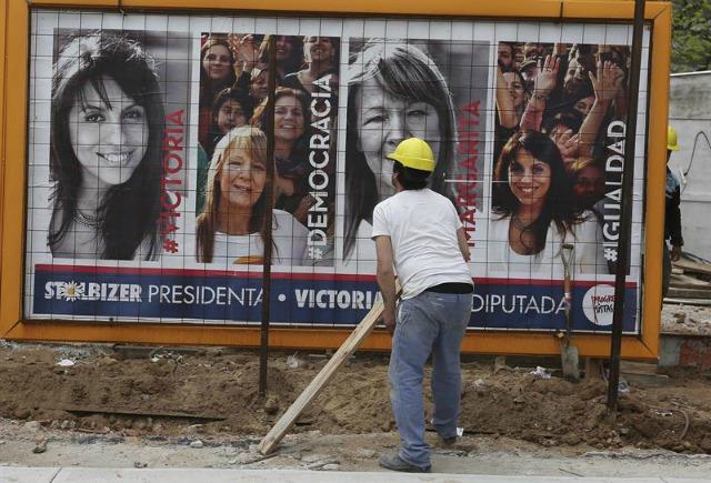 Carteles con propaganda electoral de los principales candidatos a la presidencia de Argentina son vistos en el centro de Buenos Aires, Argentina. EFE/David Fernández