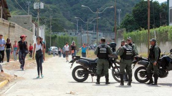Funcionarios de la GNB mantienen un cerco para controlar accesos a las áreas adyacentes al penal | Foto William Dumont
