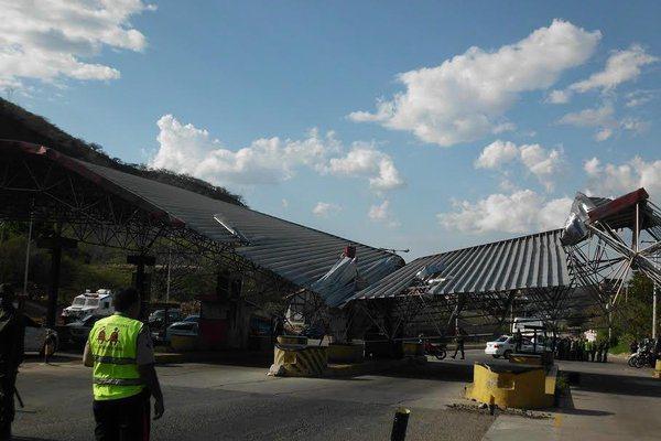 La estructura del peaje de San Antonio del Táchira colapsó este lunes, a las dos de la tarde. (Foto: José G. Hernández)