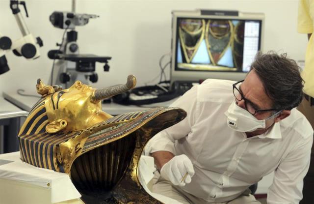 El conservador alemán Christian Eckmann trabaja en el proceso de restauración de la máscara de oro del faraón Tutankamón en el Museo Egipcio de El Cairo (Egipto), con el fin de solucionar el daño causado recientemente por un arreglo poco profesional para pegar la perilla, hoy, 20 de octubre de 2015. EFE