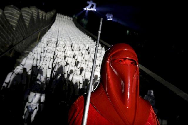 """Un ventilador vestido como un personaje de """"Star Wars"""" posa para una foto delante de quinientos réplicas de los personajes Stormtrooper en la sección de Juyongguan de la Gran Muralla de China durante un acto promocional de """"Star Wars: The Force despierta"""" la película, en las afueras de Beijing, China, 20 de octubre de 2015. REUTERS"""
