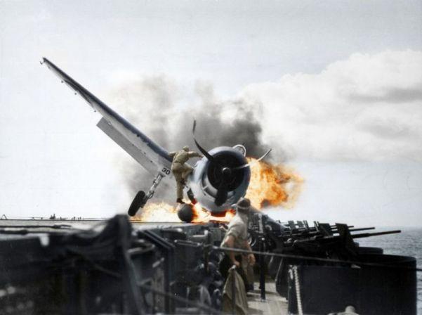 Foto:  Aterrizaje forzoso de un caza F6F-3 Hellcat en la cubierta del USS Enterprise, 1943 / gizmodo.com