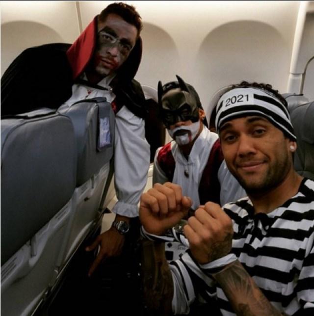 Los jugadores del Barça lo pasaron bien en su vuelta a Madrid, tras la victoria ante el Getafe. Adriano se vistió como Drácula, Neymar a lo Batman y Dani Alves fue el mejor presidiario de la expedición culé.