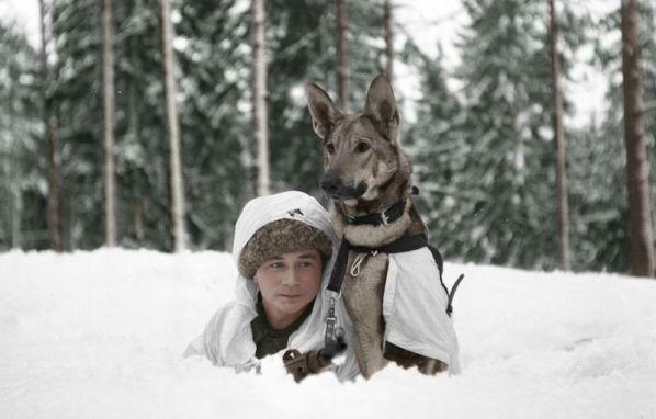 Foto: Chico y su perro en la escuela canina Hämeenlinna, Finlandia, durante la Segunda Guerra Mundial  / gizmodo.com