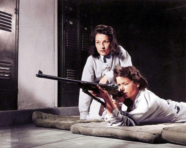 Foto: Entrenamientos de tiro en el instituto Roosevelt, Los Angeles, California, 1942  / gizmodo.com