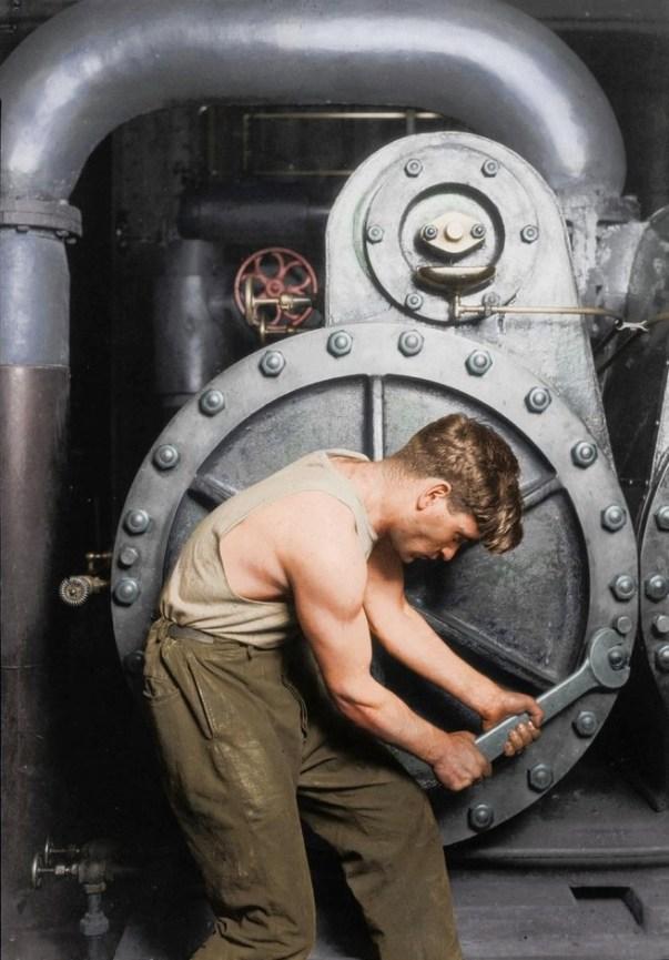 Foto: Mecánico ajustando una válvula de vapor 1920  / gizmodo.com