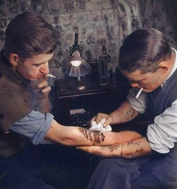 Foto: Puesto de tatuajes, 1920  / gizmodo.com