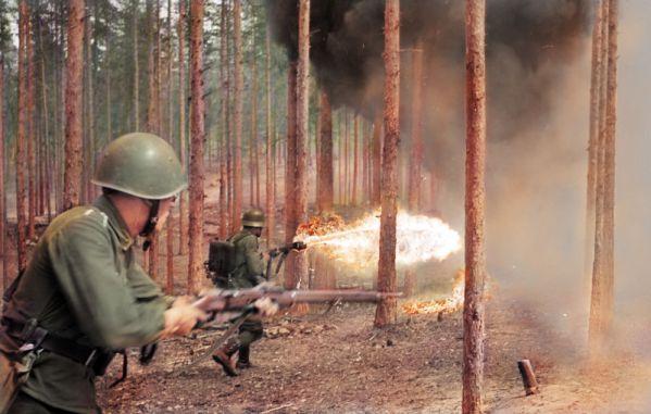 Foto: Soldado con lanzallamas, Niinisalo, Finlandia, 1942  / gizmodo.com