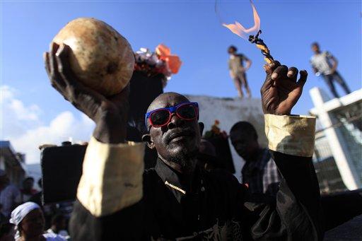 Un creyente del vudú participa en un ritual con el que se rinde homenaje al Barón Samdi y a la familia de espíritus Gede durante una celebración por el Día de Muertos (AP Foto/Ricardo Arduengo)