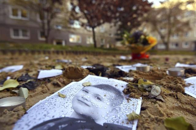 Una fotografía del pequeño Elíes aparece en un parque en Potsdam (Alemania) hoy, 2 de noviembre de 2015. El presunto autor de la muerte de Mohamed, el refugiado bosnio de cuatro años desaparecido el pasado 1 de octubre en Berlín, reconoció haber abusado sexualmente del menor y haberlo estrangulado, así como de haber secuestrado y matado a Elías, de seis años. El hombre, de 32 años, fue detenido el jueves en Jüterbog, después de que su madre lo reconociera en las imágenes, hablara con su hijo y llamara a la policía. Según informaron el jueves la policía y la fiscalía, el hombre confesó los hechos y el cadáver del niño bosnio fue hallado en un maletero de su coche, medio cubierto de arenilla para gato. EFE/Ralf hirschberger