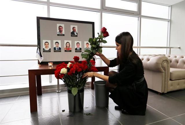 Una mujer coloca flores junto a las fotografías de sus compañeros, la tripulación del vuelo de la aerolínea Kogalymavia siniestrado en el Sinaí, en la sede de la compañía en Moscú (Rusia) hoy, 2 de noviembre de 2015. El Kremlin y la compañía aérea MetroJet (Kogalymavia), propietaria del avión siniestrado en Egipto, no excluyeron hoy ninguna hipótesis, incluido el atentado terrorista, como causa de la tragedia, aunque advirtieron de que es pronto para sacar conclusiones. EFE/Yuri Kochetkov
