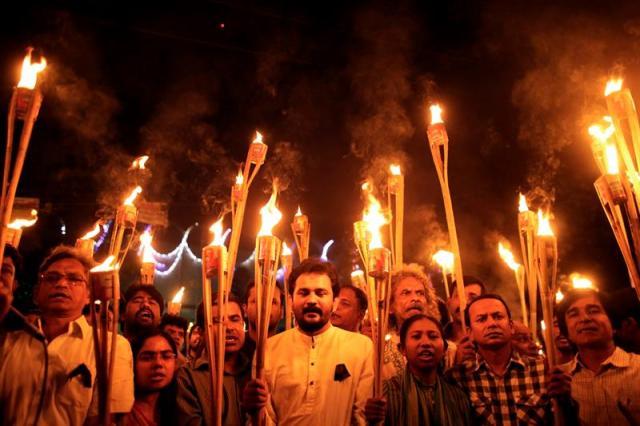 Activistas, escritores y miembros de Ganajagaran Mancha gritan consignas mientras participan en una protesta por los violetos ataques contra varios editores y blogueros el pasado sábado en Dacca (Bangladesh) hoy, 2 de noviembre de 2015. El pasado sábado, un grupo de individuos no identificados atacaron armados con machetes varias editoriales laicas acabando con la vida del bloguero y publicista Faisal Arefin Dipan y dejando a varios heridos. Cuatro blogueros seculares han sido asesinados en Bangladesh en lo que va de año, supuestamente a manos de bandas islamistas radicales armadas. Ganajagaran Mancha es una plataforma de protesta que pide la pena de muerte para aquellos condenados por crímenes contra la humanidad en relación con la Guerra de Independecia de 1971.EFE/Abir Abdullah