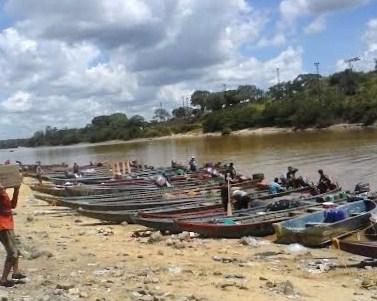 Barcazas frente a la carcel de El Dorado al sur del estado Bolívar (2)