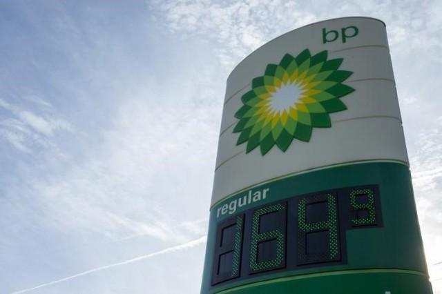 Imagen de archivo de los precios de la gasolina en una estación de BP en Troy, EEUU, ene 17, 2015. El mundo ya no está en riesgo de quedarse sin suministros de petróleo o gas en las próximas décadas ya que la tecnología existente es capaz de liberar tanta energía que las reservas globales casi se duplicarían al 2050 pese a un auge en el consumo, dijo el lunes la petrolera estadounidense BP.    REUTERS/Whitney Curtis
