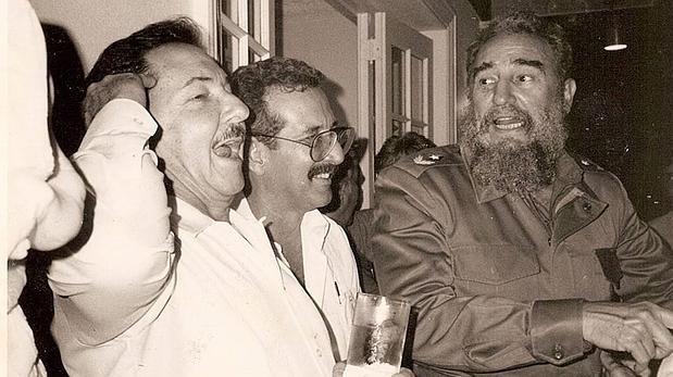 Norberto Fuentes entre Raúl y Didel en los años 80. Colección Norberto Fuentes