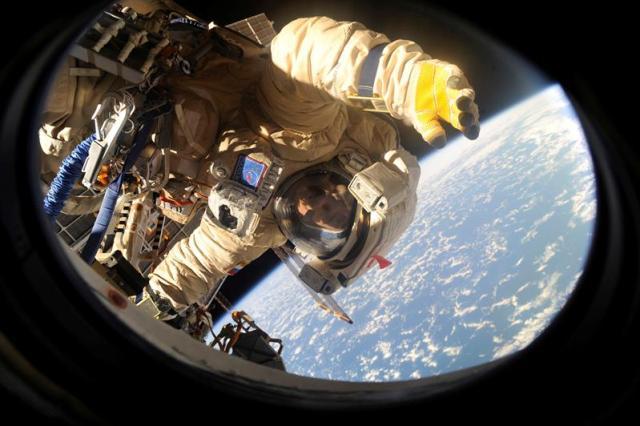 Fotografía facilitada por la Agencia Espacial Rusa que muestra al miembro ruso Mijail Korniyenko, de la misión en la Estación Espacial Internacional, durante un paseo espacial el pasado 10 de agosto de 2015. El Gobierno de Estados Unidos celebró ayer los 15 años de presencia humana continua en la Estación Espacial Internacional (EEI) como ejemplo de éxito en cooperación con otros países. EFE/Roscosmos Press Service/Handout