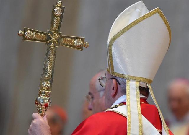 El papa Francisco (c) preside una misa en memoria de los cardenales y obispos fallecidos el pasado año en la basílica de San Pedro del Vaticano hoy, 3 de noviembre de 2015. Cada año, unos días después de la festividad de Todos los Santos, el pontífice oficia una misa por los prelados fallecidos. EFE/Ettore Ferrari