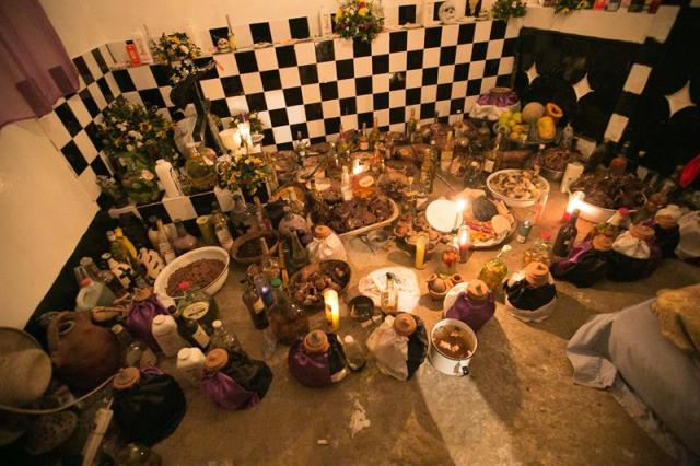 Participantes en una ceremonia vudú cantan y tocan tambores este, 2 de noviembre de 2015, durante una ceremonia Fed Gede (Festival de los Ancestros) en Puerto Príncipe (Haití). Los cementerios haitianos fueron esta madrugada escenario de la renovación de la fidelidad al vudú de cientos de ciudadanos, quienes vestidos de color blanco, morado o negro bailaron al ritmo de los tambores mientras bebían ron puro (clairin) y honraban la memoria de sus muertos. EFE/ Bahare Khodabande