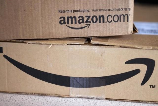 El gigante minorista online Amazon.com Inc abrirá el martes su primera tienda física de libros en Seattle, dijo la compañía. En la imagen de archivo, dos cajas de Amazon en un mostrador en Golden, Colorado, EEUU. 27 agosto 2014. REUTERS/Rick Wilking/Files
