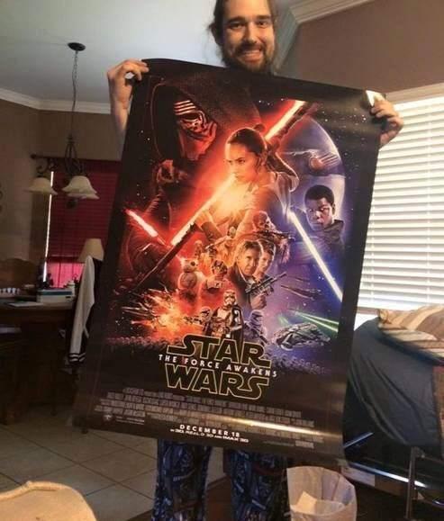 Daniel Fleetwood muestra un cartel promocional de la nueva entrega de 'Star Wars'
