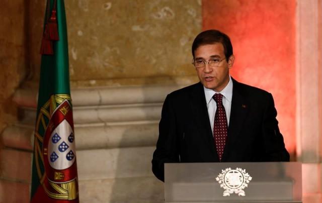 El primer ministro portugués, Pedro Passos Coelho da un discurso durante la ceremonia de investidura del nuevo Gobierno luso celebrada en el Palacio de Ajuda en Lisboa (Portugal). EFE/Tiago Petinga