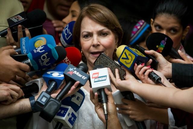 Mitzy Capriles (c), esposa del líder opositor en arresto domiciliario Antonio Ledezma, ofrece declaraciones a periodistas luego de sostener una reunión con los diputados del Parlamento Europeo (PE) Fernando Maura, Gabriel Mato y Ramón JáuregUi hoy, viernes 6 de noviembre del 2015, en Caracas (Venezuela). EFE/MIGUEL GUTIÉRREZ