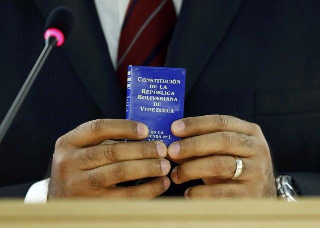 La Constitucion de la República Bolivariana de Venezuela (Foto: Reuters)