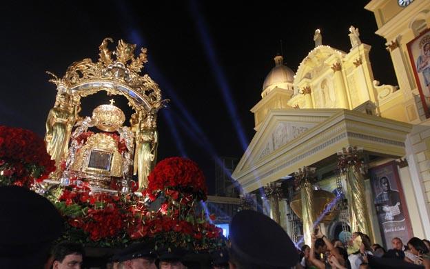 Maracaibo Venezuela 27/10/2012 Este sabado se desarrolla los actos religiosos de la bajada de la Virgen de Chiquinquira al que se espera la asistencia de unas 20 mil personas, quienes desde tempranas horas se han aglomerado a la entrada de la Basilica. En la foto: Imagen de la  Virgen del Rosario de Chiquinquira durante la procesion despues de su bajada.