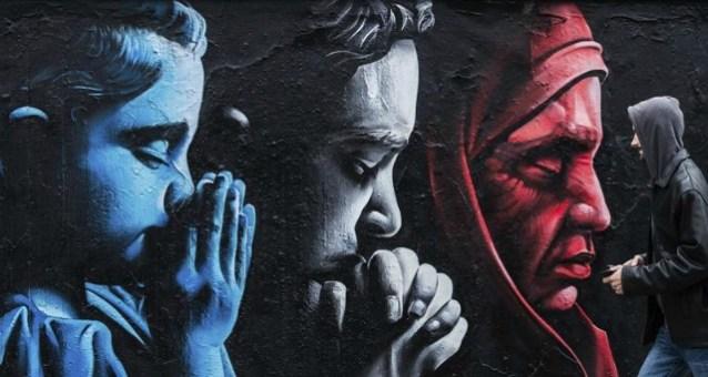 """Un hombre camina junto a un graffiti que conmemora a las víctimas de los atentados de París realizado por el artista kazajo """"ChemiS"""" en Praga (REpública Checa) hoy, 18 de noviembre de 2015. EFE/Filip Singer"""