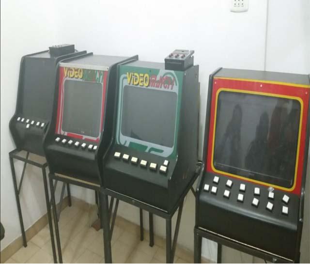 Imagen de máquinas traganíqueles en el casino desmantelado. Foto: @yahirpsuv
