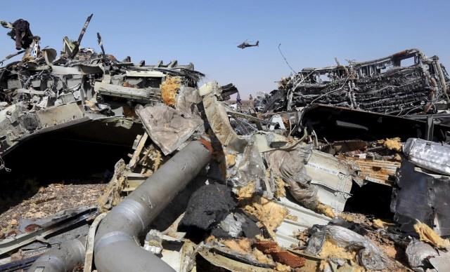 Los restos de un avión ruso vistos mientras un helicóptero militar egipcio sobrevuela el sitio del accidente, en la ciudad de El Arish, Egipto, 1 de noviembre de 2015. Una bomba que derribó un avión ruso en Egipto el mes pasado fue colocada en la cabina principal del avión, no en el compartimiento de carga como se había reportado previamente, informó el periódico Kommersant el miércoles, citando a una fuente no identificada. REUTERS/Mohamed Abd El Ghany