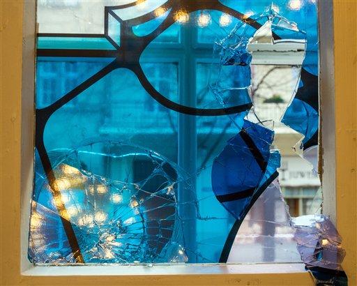 Una ventana rota en la sinagoga de Cottbus, en el este de Alemania, el miércoles 18 de noviembre de 2015. Dos mujeres fueron detenidas por atacar el templo en Cottbus.  (Patrick Pleul/dpa via AP)