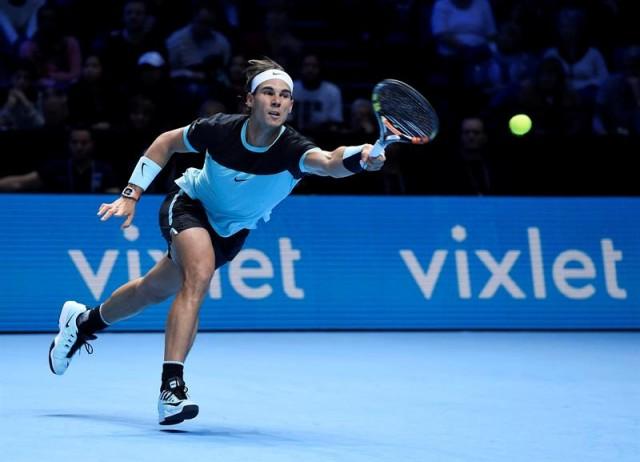 El tenista español Rafael Nadal devuelve la bola a su compatriota David Ferrer, durante el partido de la Copa Masters que se disputa en Londres, Reino Unido, el 20 de noviembre del 2015. EFE/Facundo Arrizabalaga