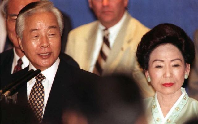 (FILES) A file picture taken on September 2, 1996 shows then South Korean President Kim Young Sam and First Lady Sohn Hyung-Soon greeting Korean-Americans during a reception at the Century Plaza Hotel in Los Angeles, California. Former South Korean President Kim Young-Sam, who became the country's first civilian ruler for more than 30 years, died evernight on November 22, 2015, hospital officials said. He was 87. The pro-democracy activist who served as president from 1993-1998, died shortly after midnight, several days after being hospitalised with a high-fever, Seoul National University Hospital President Oh Byung-Hee told reporters.  AFP PHOTO   Kim KULISH / AFP / KIM KULISH