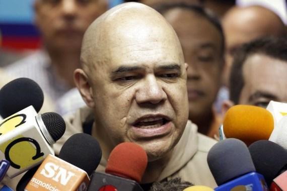El secretario general de la coalición opositora MUD, Jesús Torrealba, habla durante una conferencia de prensa, en Caracas, 19 de febrero de 2015. La oposición venezolana dará prioridad a leyes para liberar a los activistas encarcelados y reformar la economía del país petrolero, si gana las elecciones del 6 de diciembre y le arrebata al oficialismo la mayoría que ha tenido desde 1999 en la Asamblea Nacional. REUTERS/Carlos Garcia Rawlins