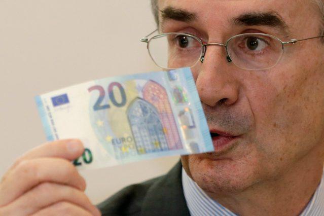 Banque de France Gobernador François Villeroy de Galhau sostiene el nuevo billete de 20 euros con nuevas características de seguridad durante su presentación en el Banco Nacional de Francia en París, Francia, 24 de noviembre de 2015. REUTERS / Philippe Wojazer