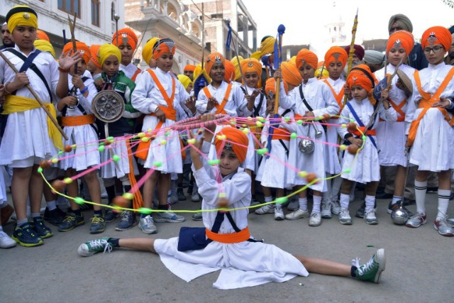 Jóvenes sij de la India muestra sus habilidades en el arte sij marcial conocido como 'Gatka' durante una procesión desde La Sri Akal Takhat en El Templo de Oro en Amritsar el 24 de noviembre de 2015, en la víspera del aniversario del nacimiento 546a de Sri Guru Nanak Dev. Guru Nanak fue el fundador de la religión del sijismo y el primero de los diez Gurus Sikh. AFP PHOTO / NARINDER NANU