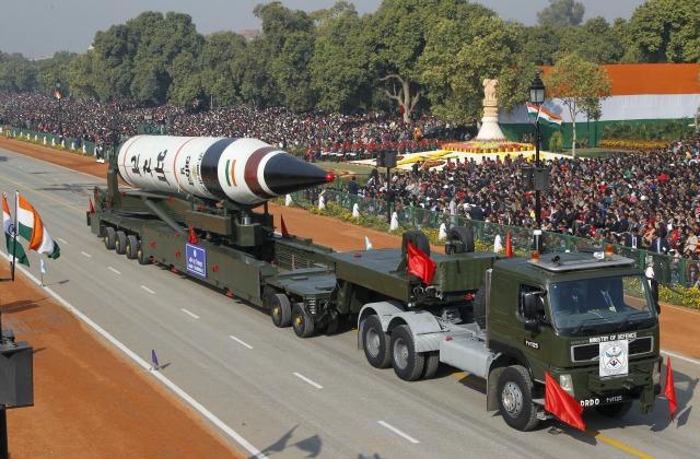 Un Agni V misil tierra-tierra se muestra durante el desfile del Día de la República en Nueva Delhi, India, en esta foto de archivo del 26 de enero 2013. Para igualar INDIA-NUCLEAR. REUTERS / B Mathur / Archivos