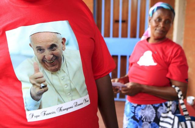 Un hombre que llevaba una camiseta con la imagen de Francisco antes de su visita a la Parroquia de San José el Trabajador Católico en tugurios Kangemi en la capital de Kenia, Nairobi, 24 de noviembre de 2015. REUTERS / Noor Khamis